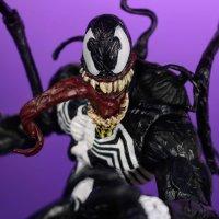Marvel-Select-Disney-Store-Venom-01.jpg