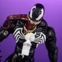 Marvel-Select-Disney-Store-Venom-03.jpg